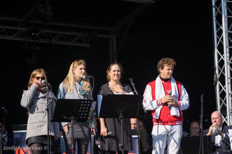Jochem Meyer en de drie zangeressen van het Minikoraal