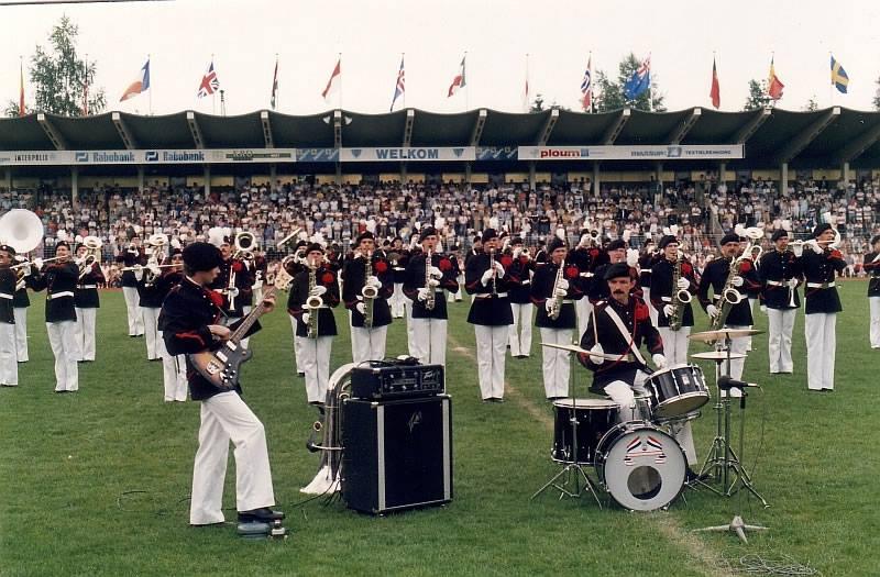 K&G gebruikt een drumstel en basgitaar tijdens hun show in 1985