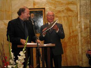 """Voorzitter Tom de Beer en Henk Henzen bij overhandiging boek """"Leids Lef"""""""
