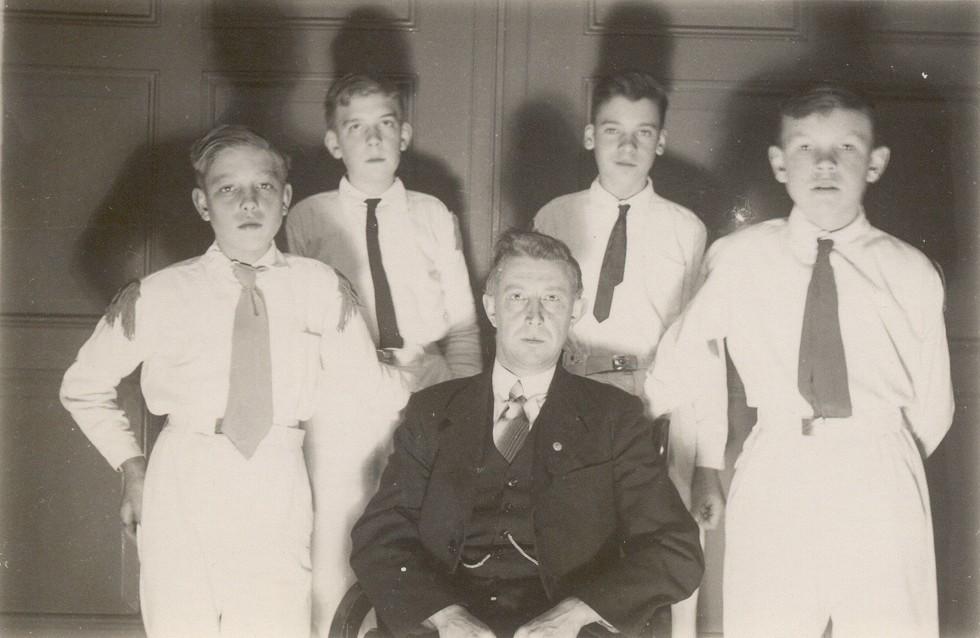 Instructeur dhr. J.G. Wakka met de eerste vier tamboers van K&G.