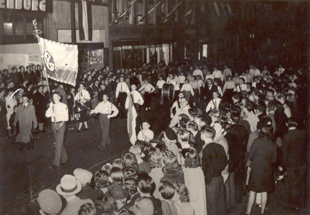K&G tijdens de 2 oktober looptaptoe in 1948