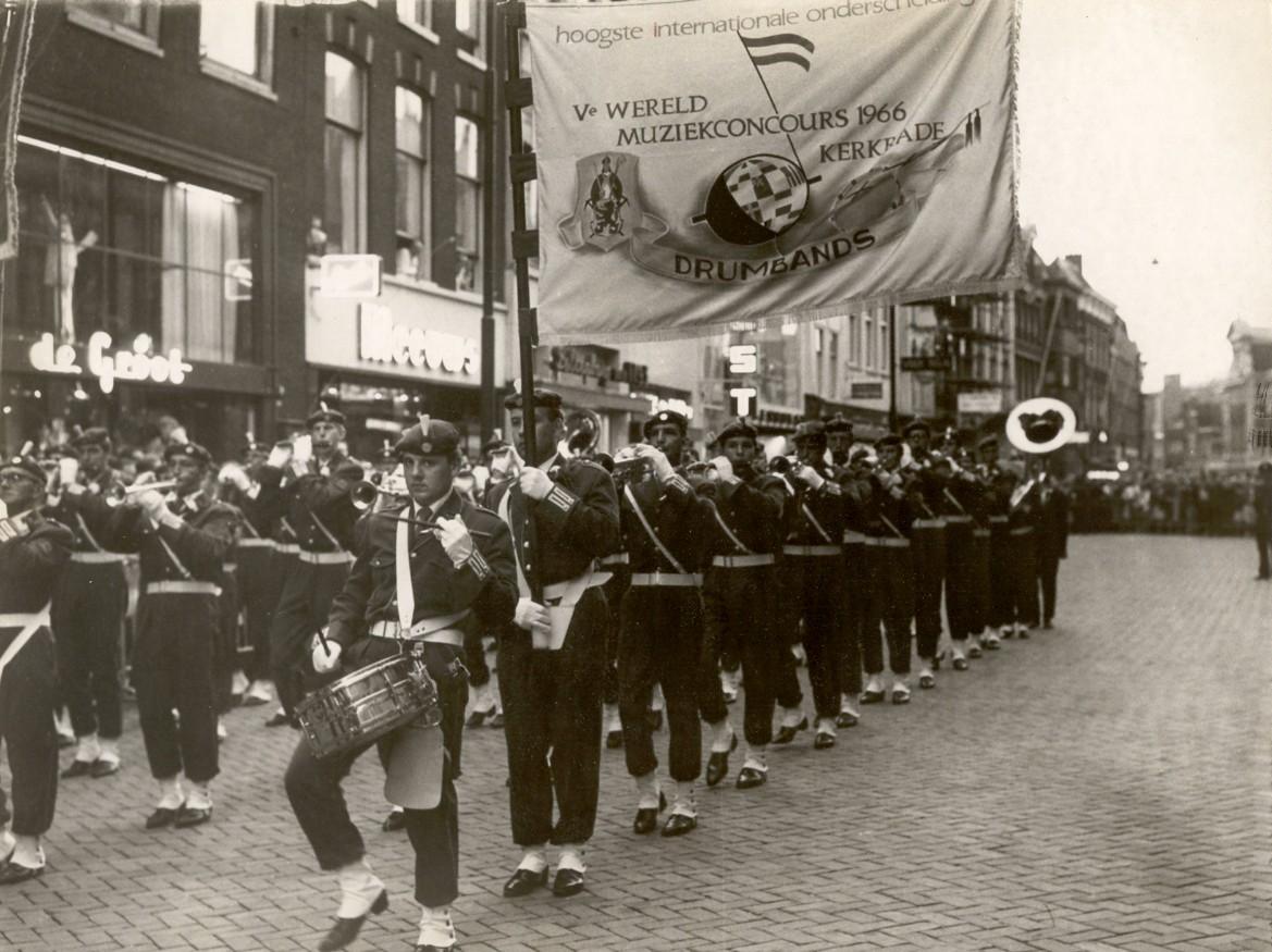 K&G op de Breestraat in Leiden voor de huldiging door de gemeente