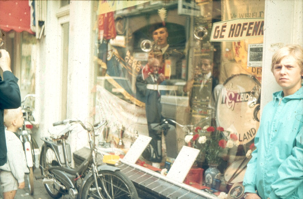 De eerste LP van K&G is te koop bij platenzaak Gé Hofenk in Leiden