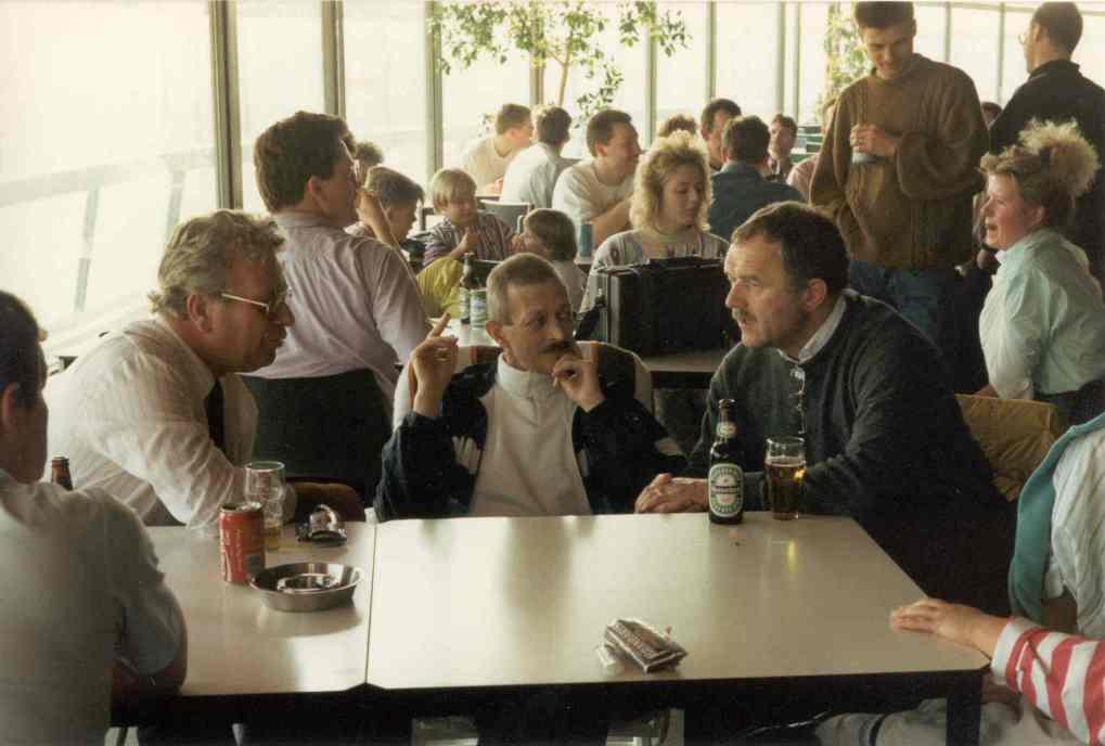 Een onderonsje tussen voorzitter Wim Lugthart, instructeur Nico de Jeu en klankregisseur Jaap Koops